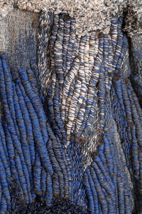 Mireille Guerin, Tempête, Tapisserie de haute-lice, (90 x 60 cm)Laine et coton. Point de savonnerie tissé de manière très dense pour donner beaucoup d'épaisseur à la matière. Cette matière devient sculpture pour exprimer le thème : l'eau en mouvement: les vagues, la tempête