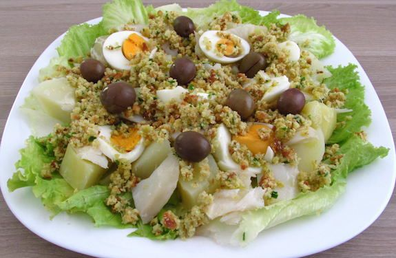 Salada de bacalhau com broa de milho | Food From Portugal