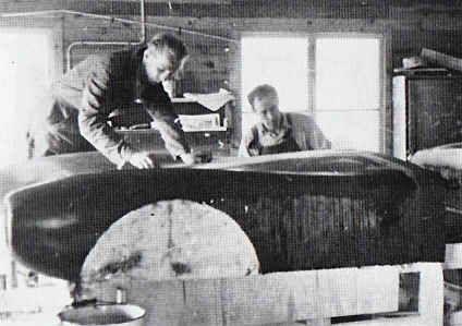 Den första Saab Sonett Super Sport tillverkades i en lada i Åsaka, utanför Trollhättan. Att tillverka karossen i plast var då en ny teknik och expertis kallades in från Göteborg och en firma som hette SOAB (Svenska Oljeslageri AB) som importerade plastmaterial från USA.