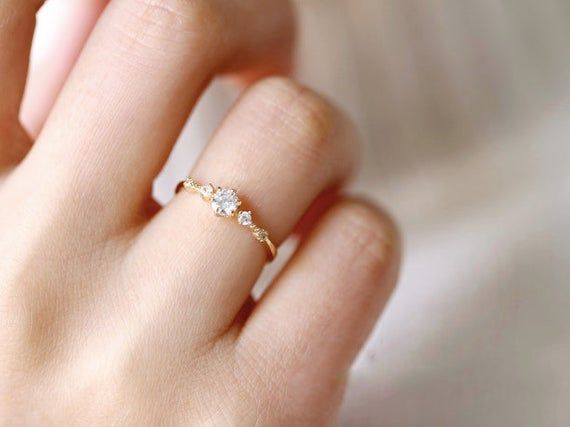 Weniger Ist Mehr Ring Ist Modern Und Minimal Lassen Sie Die Schon In 2020 Diamond Alternative Engagement Ring Alternative Engagement Rings Moissanite Engagement Ring
