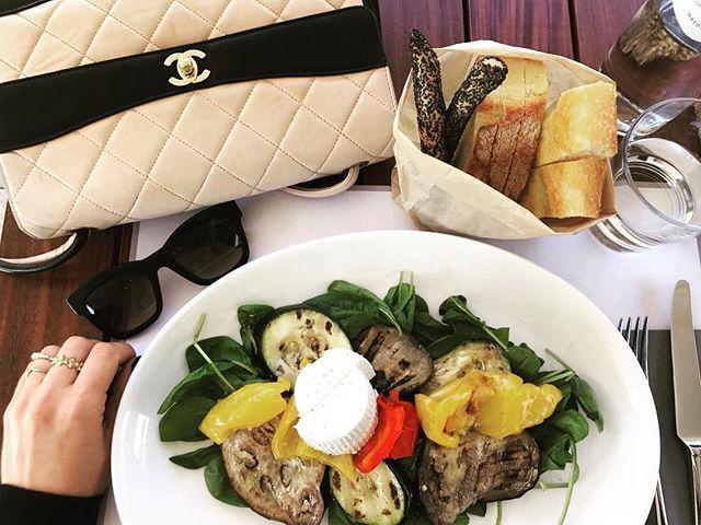 Em Milão durante uma pausa na maratona do #MFW a boa pedida é o almoço no Obicà restaurante no topo da Rinascente com vista para a Duomo. É um programa imperdível em dias bonitos! Tem mesas fora num terraço delicioso. Vale pedir a pizza - pulamos em nome da dieta  - ou ir apenas para tomar um drink e olhar a vista. Em tempo: a Focaccia também é deliciosa! (Via @lutranchesi)  via HARPER'S BAZAAR BRAZIL MAGAZINE OFFICIAL INSTAGRAM - Fashion Campaigns  Haute Couture  Advertising  Editorial…