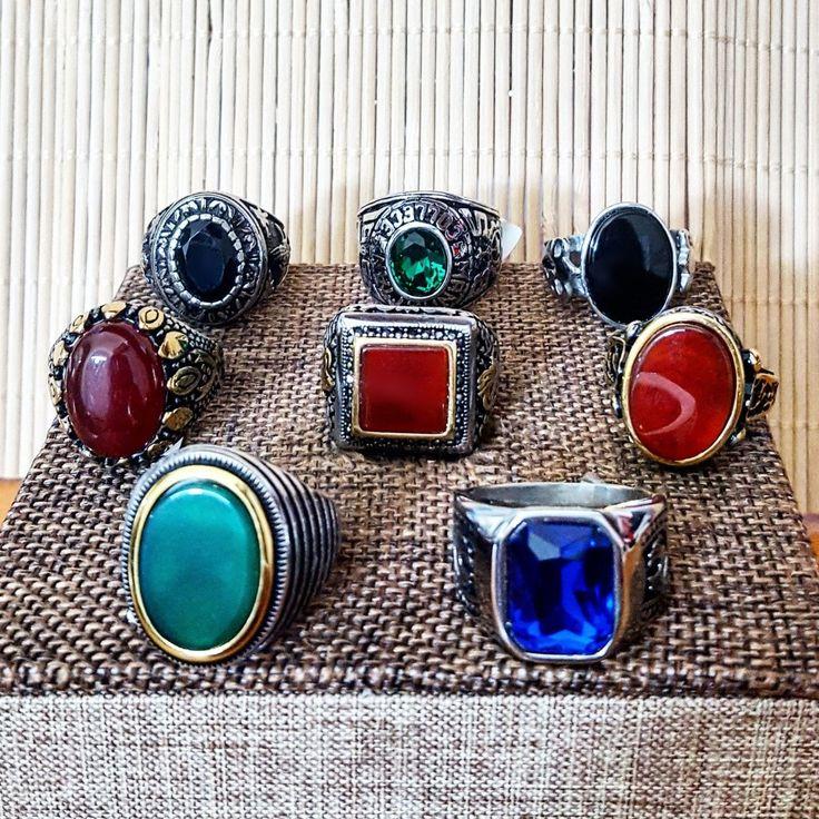 Buongiorno con i nostri anelli OFFICINA69 in acciaio e pietre colorate. Ognuno con uno stile unico. Disponibili in diversi colori e misure. Visitate il nostro sito web www.labarberagioielli.it TROVERETE ANCHE ALTRI MODELLI DI TENDENZA.   #ByLBG #jewels #rings #differentcolor #fashion #man #acciaio #anelli #uomo