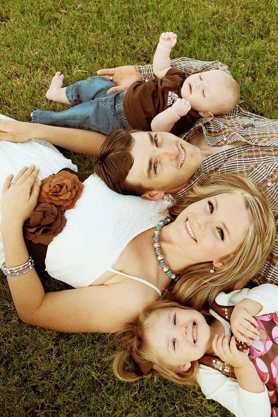 Fotos em família eternizam pra sempre o tamainho das mãos, o rostinho pequeno e o sorriso sincero dos seus filhos. Sem contar o momento mágico da família.