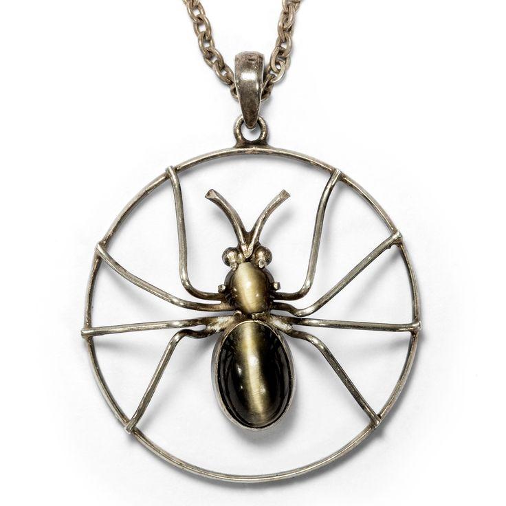 Ins Netz gegangen - Viktorianischer Novelty-Anhänger aus Silber & Falkenauge: Eine Spinne, um 1900 von Hofer Antikschmuck aus Berlin // #hoferantikschmuck #antik #schmuck #Anhänger #antique #jewellery #jewelry // www.hofer-antikschmuck.de