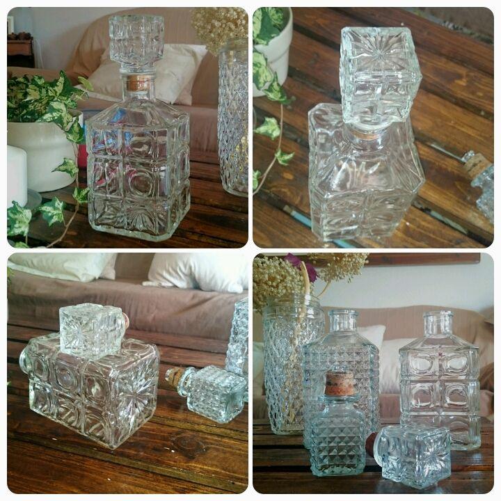 Botellas licoreras de cristal tallado, muy bonitas y decorativas. miden 24 y 25 cm, en buen estado. 11 euros cada una, y si te llevas las dos, el jarrón de regalo!