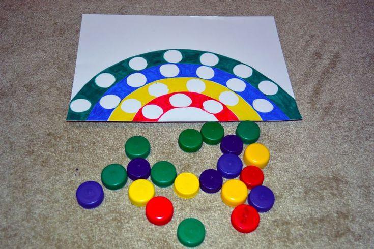 Najlepšie sú spontánne vymyslené hry. Táto je jedna z nich. Počas hrania sme si narýchlo nakreslili dúhu pomocou kružidla, a taktiež menšie krúžky vo vnútri dúhy. Vyfarbili fixkami. A potom sme do dúhy podľa farieb ukladali vrchnáky z umelohmotných PVC … Continue reading →