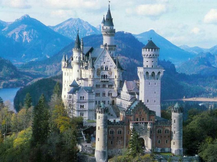 Come with us to the Southwest of Bavaria and visit the fairy-tale Neuschwanstein Castle! This is one of Germany's most famous attractions and must-do in your trip. Travel with Tourboks!