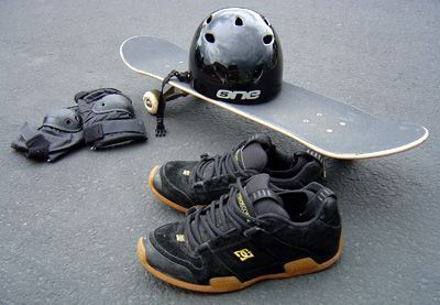 Beginner skateboard gear - Here are some simple steps for first starting out skateboarding. Beginner skateboarding gear, how to stand on a skateboard, how to push around, and how to avoid or deal with skateboarding injuries - it's all here. Follow these simple step by step instructions on what to do as a beginner skateboarder, and you will feel comfortable on your skateboard in no time. Learning how to skateboard? Read this just starting out article!