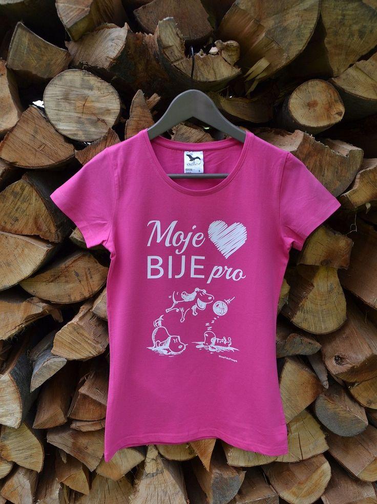 Kvalitní tričko s potiskem v purpurové, tyrkysové, červené, a fialové barvě. 95 % bavlna, 5 % elastan, 180 g/m2 Bije i Vaše srdíčko pro psy? Máte také tak rádi psy jako my? Pak právě toto tričko je jako pro Vás dělané. Za každé tričko, které si koupíte, pošleme 20 Kč na výcvik a výchovu asistenčních a vodících psů Pestré společnosti.