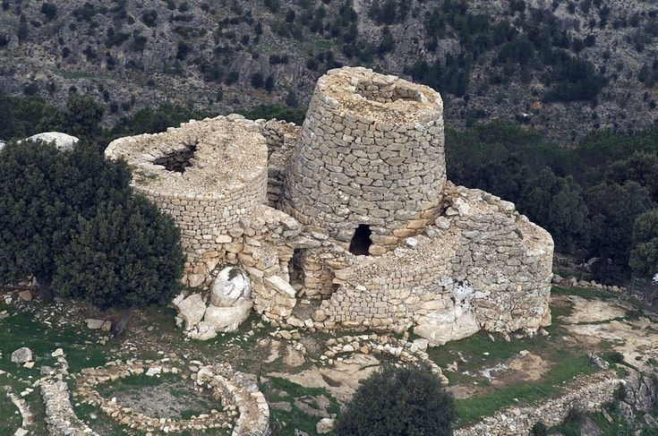 The hypothesis that saw the Nuraghe as buildings built for military purposes, once dominant, seems to have lost luster in recent years in favor of a more likely destination religious, but the debate still divides specialists.