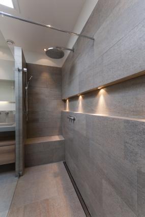 ook voor beneden een idee met een verborgen zitje achter het muurtje en inbouw kraan - Fantastisch Bing Steam Shower
