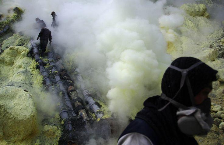 Sulfur mining in Kawah Ijen - Photos - The Big Picture - Boston.com