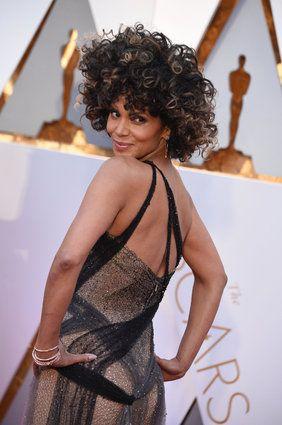 """""""Con questo look celebro i miei capelli naturali"""", la capigliatura inedita di Halle Berry agli Oscar"""