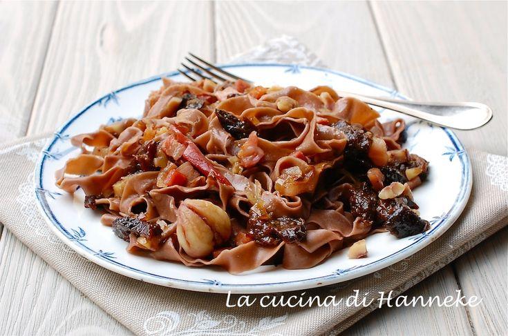 Un primo originale e molto gustoso, perfetto per una cenetta speciale: tagliatelle al cacao con castagne, prugne e pancetta!