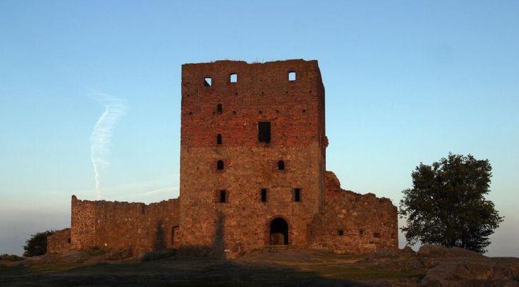 Hammershus er Nordens største borgruin. Borgen er ikke blevet udbygget løbende, som man før har troet, men er derimod anlagt som en kæmpeborg med ét formål: at vinde sjæle og skat i Østersøen gennem korstog.  –