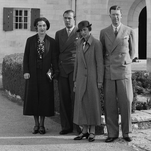 Swedish royalty in front of Government House, Jerusalem; Ingrid and Bertil with their parents crown prince Carl Gustaf and Louise.