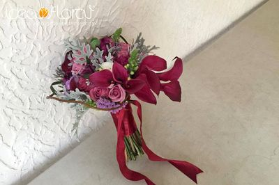 Hermoso ramo hecho de calas moradas y rosas lilas