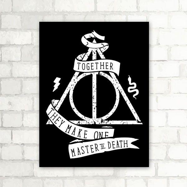 Placa Relíquias da Morte - Harry Potter       *** Decore o seu quarto com a magia de Harry Potter!     Placa Decorativa Fabricada Com Poliestireno De Alto Impacto (Psai) De 2mm e Adesivo em Vinil resistente.  *Possui 4 adesivos dupla face na parte traseira (Não precisa furar a parede!)