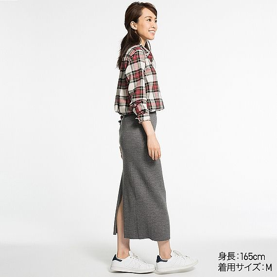 トレンド感の高いロング丈スカート。リブ編みの縦ラインが、すっきりとした美しいシルエットを演出します。腰まわりは程良くフィットする女性らしいライン。素材は繊細な風合いと美しい光沢感を持つエクストラファインメリノウールを使用し、季節感たっぷりです。同素材のニットとのセットアップもおすすめ。