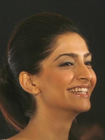 sonam kapoor smiling in - photo #24