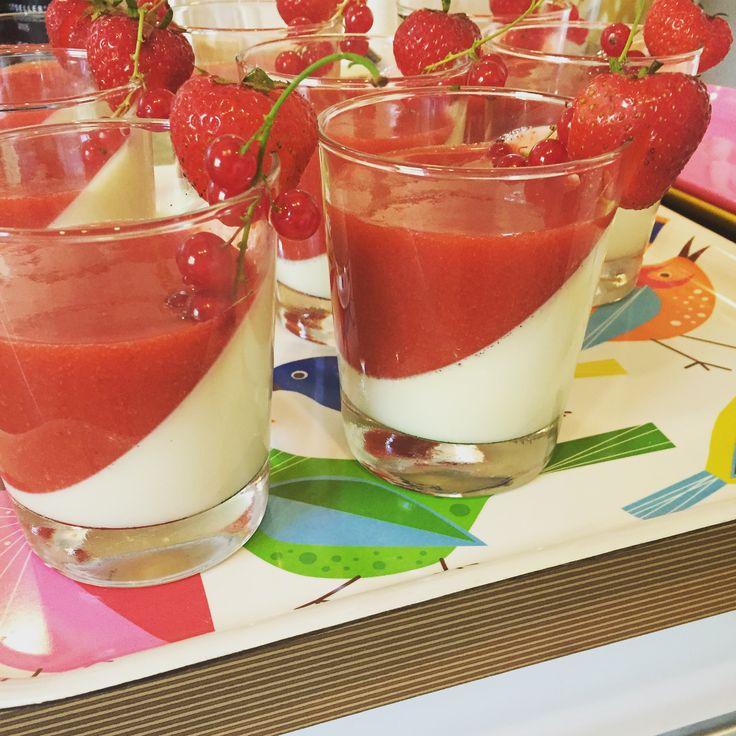 Lækker og nem opskrift på italiensk panna cotta. Lækker fløde og vanilje dessert med jordbærsauce. Derudover en lækker opskrift på semifreddo med nutella