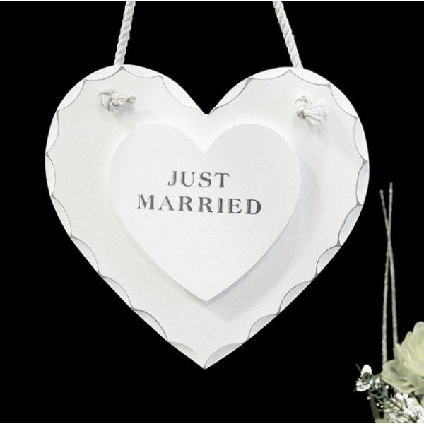 Questa scritta realizzata in legno bianco è perfetta per decorare macchina, ingresso  ristorante, tavolo sposi durante il grande giorno e allo stesso tempo conservare  un bellissimo ricordo dopo le nozze!  Misure: 18 x 17 x 1 cm