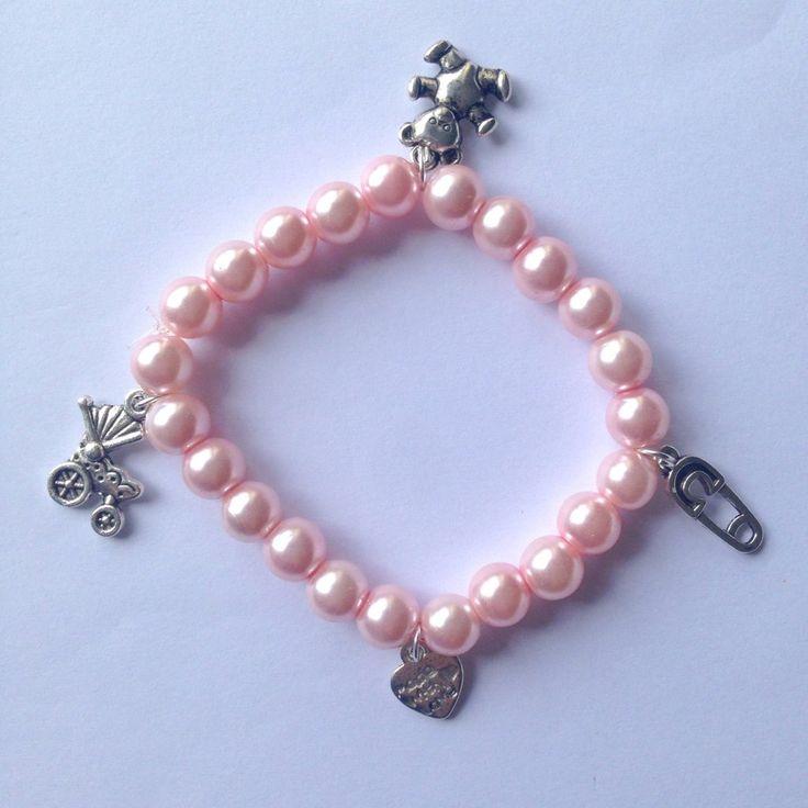 Braccialetto elastico con perle rosa confetto e ciondolini a tema bebè, per future mamme, by La piccola bottega della Creatività, 7,50 € su misshobby.com