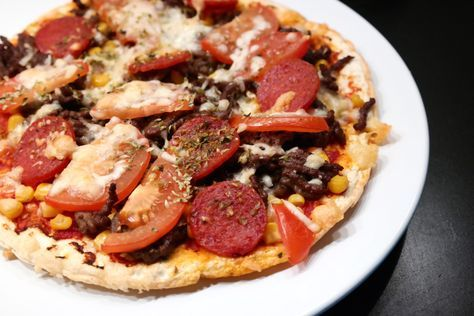 Lavkarbo pizza med sprø bunn Oppskrift 1 pizzabunn 4 eggehviter (eller ca. 120 g) 20 g fiberfin 1 ts salt 1 ts oregano 1 halv ts sort pepper 1 ts fiberhusk