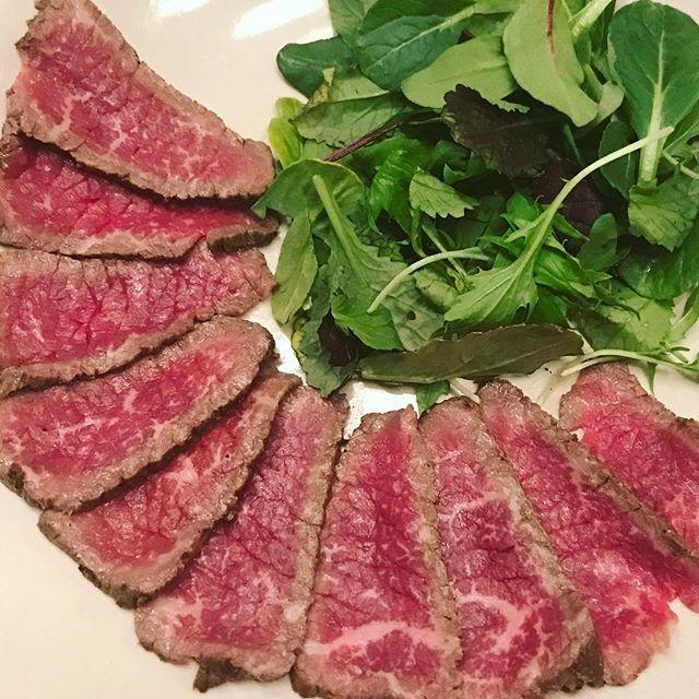何回も言うけど、自作のローストビーフが美味すぎてしあわせ。 色んな肉で試してみて、安い肉でもそれなりに美味しかったので、多分使ってるハーブ塩が優秀なんじゃ疑惑。 まぁでもよいお肉使ったほうがやっぱり美味しいです。 そして、調理法的にローストビーフというよりこれ、肉のたたきって言ったほうがよいのでは説。 #肉 #ローストビーフ #自家製ローストビーフ #roastbeef  #改め #牛肉のたたき #ローストしてない