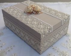 Caixa em MDF forrada com tecido 100% algodão. Revestida com renda e chatons pérola. R$ 70,00
