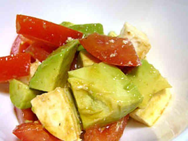 トマト・アボカド・モッツァレラのサラダの画像