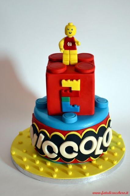 Torta Lego: con Omino Lego, numero 2 modellato a mattoncini, nome stile logo lego, vassoio e piani come costruzioni