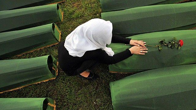 La Haya recupera uno de los cargos de genocidio contra Karadzic 409 víctimas de Srebrenica reciben sepultura 18 años después