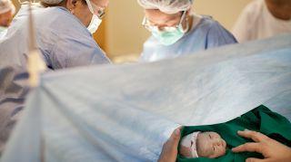 Η συστηματική χρήση της τεχνολογίας στη διάρκεια του τοκετού και της γέννησης, καθώς και η χρήση διάφορων συστηματικών παρεμβάσεων χωρίς σαφή ιατρική ένδειξη, έχουν συντελέσει στη δραματική αύξηση της συχνότητας της καισαρικής τομής και σε μια σειρά από επιπλοκές της μητέρας και του νεογνού καθώς και στην καθυστέρηση ή την παντελή στέρηση του θηλασμού, γεγονός που μπορεί να έχει μακροπρόθεσμες συνέπειες στην υγεία του παιδιού