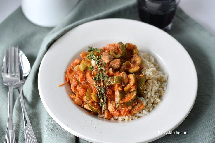 In de Crockpot maak je heerlijke winterse stoofschotels. Maar ook dit recept voor Spaanse kip in tomatensaus bereid je eenvoudig in een slowcooker. Een heerlijk en makkelijk slowcooker recept met kip!