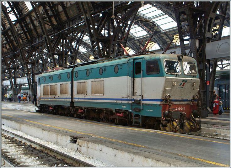 Da auch in Italien vermehrt Treib- und Pendelzüge den Zugeverkehr dominieren, ist so eine FS 656 063 mitten im Bahnhof von in Milano Centrale schon ein Foto wert. 22. Juni 2015