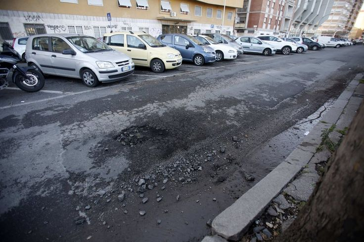 Via Lorenzo il Magnifico, chiusa al traffico per voragine e le linee 62, 168 e 309 deviano