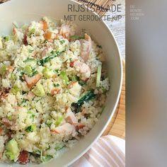 DeBonteKeuken: Rijstsalade met gerookte kip.. TIP: Dit recept is ideaal om restjes rijst, van bijvoorbeeld de vorige avond, op te maken! (rijst, gerookte kipfilet, komkommer, lente ui, bosui, dressing, mayonaise, crème fraîche, verse kruiden, peterselie, makkelijk, avondeten, maaltijd,vlees, kip, restjes)