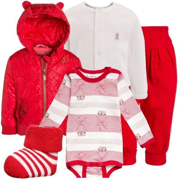 """Bianco e rosso per questo abbinamento dai colori molto natalizi: body bianco e rosso con stampe, sopra, un morbido cardigan bianco, pantaloni larghi rossi, calzini a strisce bianche e rosse ed un cappottino imbottito, con cappuccio. Il body ed i pantaloni fanno parte, inoltre, della collezione """"Sostenibile""""."""