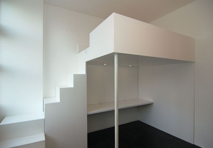 Videbed / hoogslaper met trapkast en bureau met ingebouwde verlichting erboven van muramura.nl