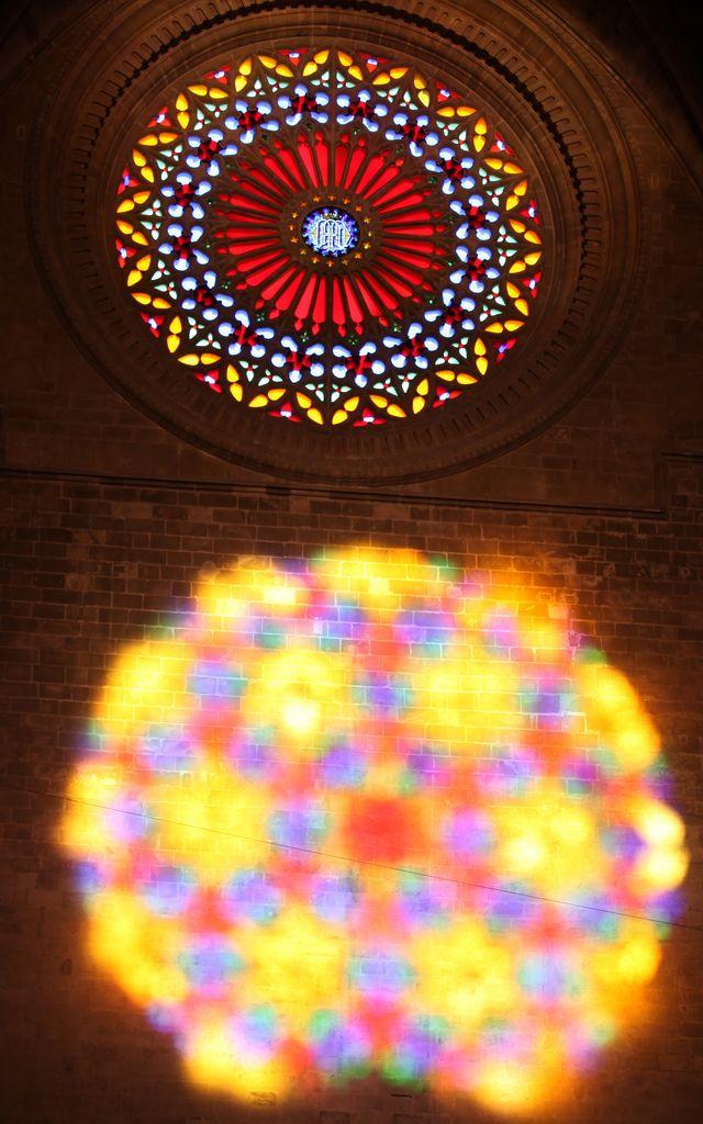 """Rosetón y luz en la Catedral de Palma de Mallorca. Como cada mes de noviembre en la Catedrall día 11 se puede apreciar el fenómeno lumínico conocido como """" el ocho """" que se produce dos veces al año, en Noviembre y Febrero."""