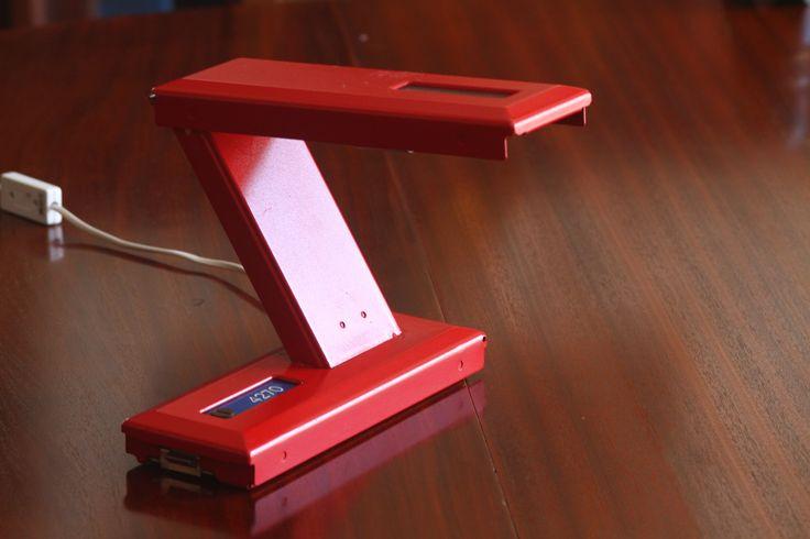 De Letterlamp is gemaakt van hergebruikte postbusdeurtjes, afkomstig uit de postbuskasten van het Nederlandse postbedrijf.