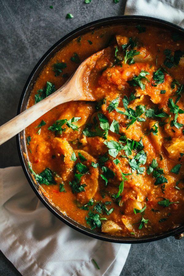 今回は鶏肉とじゃがいもを使った海外のレシピをまとめました。この組み合わせと言えば煮込みやシチュー、カレーが定番ですよね。海外でも鶏肉とじゃがいもは相性抜群の定番な組み合わせです。いつもの料理に飽きてきたら海外でのザ・定番料理にも挑戦してみませんか?