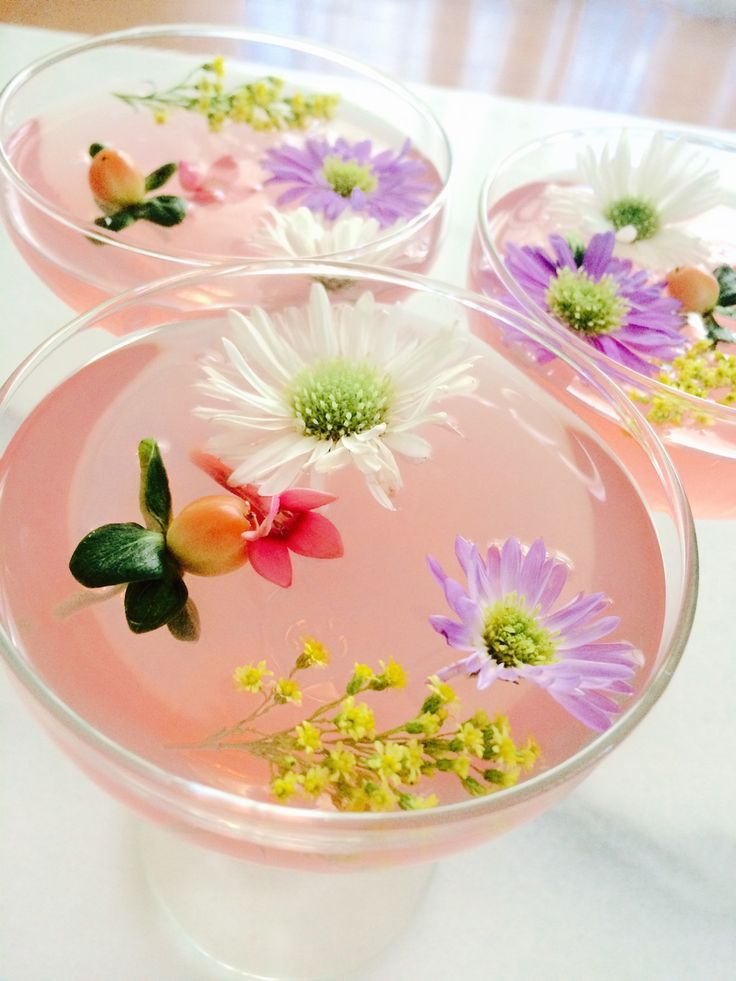 Celebrate spring with this beautiful & delicious edible flower cocktail recipe!