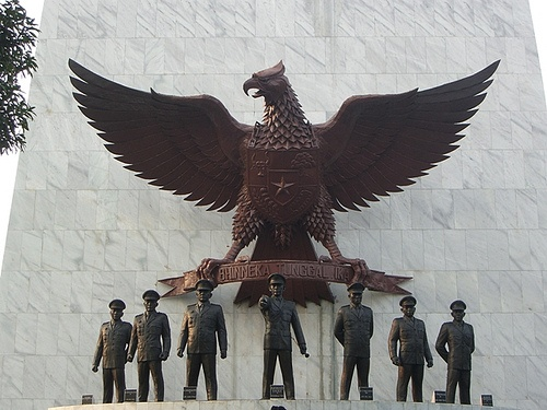Monumen ini terletak Kelurahan Lubang Buaya, Kecamatan Cipayung, Jakarta Timur. Di sebelah selatan terdapat markas besar Tentara Nasional Indonesia, Cilangkap, sebelah utara adalah Bandar Udara Halim Perdanakusuma, sedangkan sebelah timur adalah Pasar Pondok Gede, dan sebelah barat, Taman Mini Indonesia Indah.