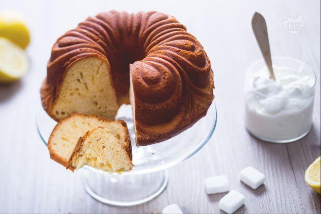 Il ciambellone allo yogurt è una torta senza burro, soffice e profumata, perfetta per una merenda o la prima colazione!