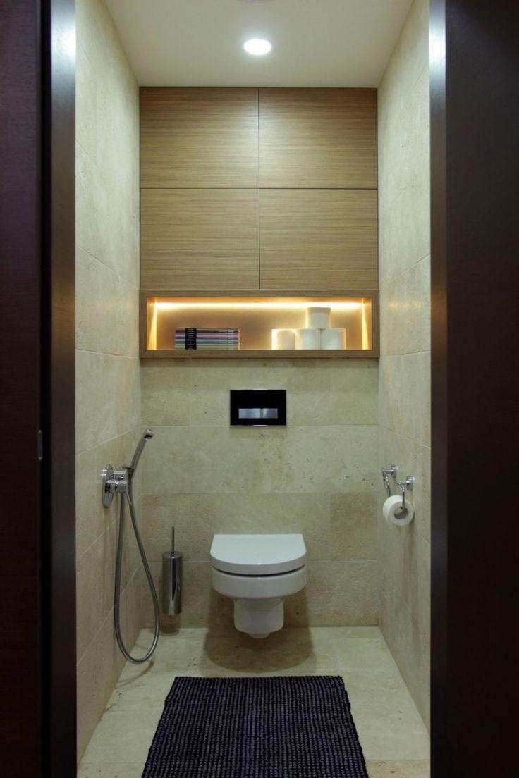 petite salle de bains avec un carrelage aspect pierre, niche lumineuse et armoires murales en bois                                                                                                                                                                                 Plus