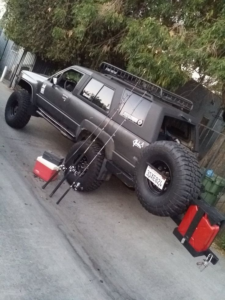 Love this Yota but forget the boring fishing gear. Grab a mountain bike and let's go!
