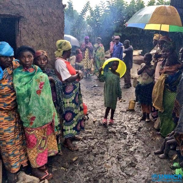 Da quando il campo #sfollati di Kiwanja nella Repubblica Democratica del Congo è stato chiuso per un miglioramento delle condizioni di sicurezza nella regione, in tanti non sanno dove andare. In un solo giorno, sono stati tutti costretti ad abbandonare il campo e i loro ripari di fortuna sono stati rasi al suolo, ma molti degli sfollati non hanno una casa a cui fare ritorno e temono di non essere al sicuro nei loro villaggi.
