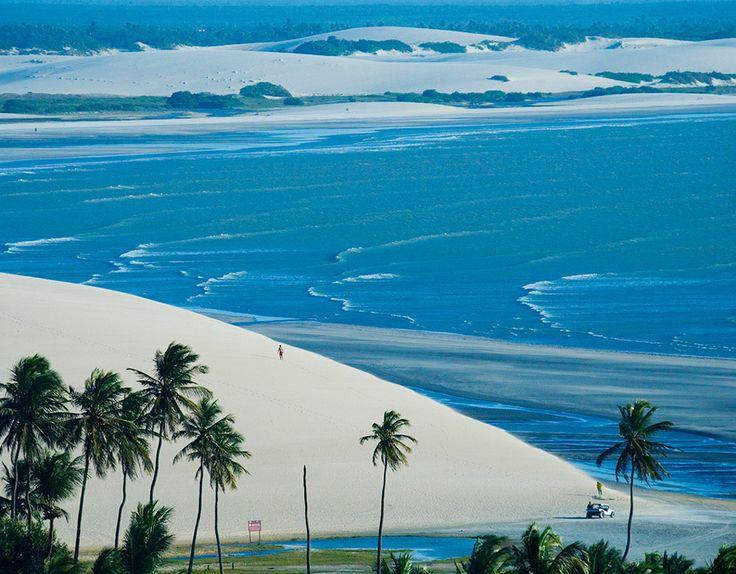 """Jericoacoara, Ceará Situada no litoral cearense, a 300 km de Fortaleza, a praia de Jericoacoara é uma das mais bonitas do nosso país. Belas dunas, formações rochosas e lagoas cristalinas frente ao mar calmo formam parte das belas paisagens de """"Jeri"""". Foto: Visit Brasil                                                                                                                                                      Mais"""
